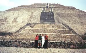 En las Pirámides de Teotihuacán con colegas cubriendo en México el lanzamiento del cd de Thalia - Arrazando (2001)